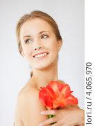 Купить «Молодая привлекательная женщина с ярким цветком в руках», фото № 4065970, снято 16 сентября 2012 г. (c) Syda Productions / Фотобанк Лори