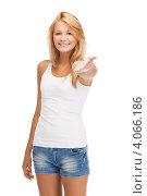 Купить «Молодая женщина с длинными волосами в обтягивающей футболке и джинсовых шортах на белом фоне», фото № 4066186, снято 31 июля 2012 г. (c) Syda Productions / Фотобанк Лори