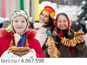 Купить «Женщины с блинами и бубликами на праздновании Масленицы», фото № 4067598, снято 26 февраля 2012 г. (c) Яков Филимонов / Фотобанк Лори
