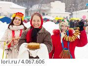 Купить «Женщины с блинами и бубликами на праздновании Масленицы», фото № 4067606, снято 26 февраля 2012 г. (c) Яков Филимонов / Фотобанк Лори