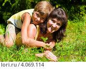 Купить «Счастливая семья. Радостные мама и сын обнимаясь лежат на траве», эксклюзивное фото № 4069114, снято 8 августа 2012 г. (c) Игорь Низов / Фотобанк Лори
