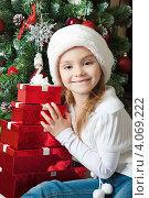 Купить «Веселая девочка с подарками около новогодней елки», фото № 4069222, снято 4 ноября 2012 г. (c) Оксана Гильман / Фотобанк Лори