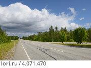 Купить «Тяжелые облака над дорогой. Северный пейзаж», фото № 4071470, снято 22 июля 2012 г. (c) Валерия Попова / Фотобанк Лори