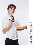 Купить «Молодая девушка собирается резать торт», фото № 4073822, снято 1 декабря 2012 г. (c) Михаил Иванов / Фотобанк Лори