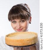 Купить «Крупный портрет молодой девушки с домашней выпечкой», фото № 4073830, снято 1 декабря 2012 г. (c) Михаил Иванов / Фотобанк Лори