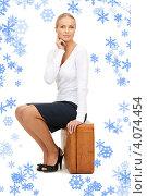 Привлекательная женщина с коричневым чемоданом на белом фоне. Стоковое фото, фотограф Syda Productions / Фотобанк Лори