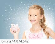 Купить «Дtвочка-подросток держит в руке копилку в виде розовой свиньи», фото № 4074542, снято 10 июля 2010 г. (c) Syda Productions / Фотобанк Лори