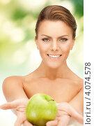 Купить «Привлекательная молодая женщина с зеленым яблоком в руке», фото № 4074578, снято 12 марта 2011 г. (c) Syda Productions / Фотобанк Лори