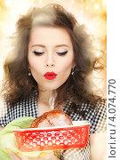 Купить «Молодая домохозяйка с приготовленным мясом в руках», фото № 4074770, снято 3 января 2010 г. (c) Syda Productions / Фотобанк Лори
