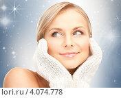 Купить «Портрет привлекательной молодой женщины с варежками на руках», фото № 4074778, снято 30 октября 2010 г. (c) Syda Productions / Фотобанк Лори