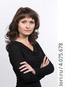 Купить «Портрет молодой девушки на светлом фоне», фото № 4075678, снято 10 ноября 2012 г. (c) Михаил Иванов / Фотобанк Лори