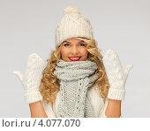 Купить «Жизнерадостная блондинка в вязаной шапке и шарфе на сером фоне», фото № 4077070, снято 7 октября 2012 г. (c) Syda Productions / Фотобанк Лори