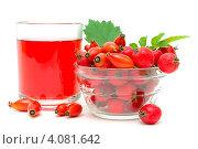 Купить «Плоды шиповника, боярышника и красный  напиток на белом фоне», фото № 4081642, снято 10 сентября 2012 г. (c) Ласточкин Евгений / Фотобанк Лори