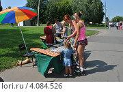 Купить «Уличная торговля сувенирами и подарками ручной работы, Коломенское, Москва», эксклюзивное фото № 4084526, снято 29 июля 2012 г. (c) lana1501 / Фотобанк Лори