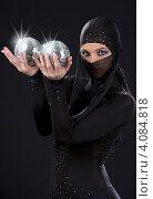 Купить «Женщина в черном костюме ниндзя с двумя шарами диско на темном фоне», фото № 4084818, снято 1 июля 2008 г. (c) Syda Productions / Фотобанк Лори