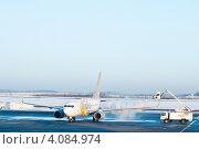 Купить «Процедура противообледенительной обработки самолета (де-айсинг)», эксклюзивное фото № 4084974, снято 8 марта 2012 г. (c) Ольга Визави / Фотобанк Лори