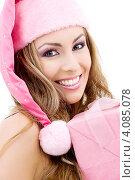 Купить «Привлекательная сексуальная девушка в колпаке Санты-Клауса с подарком, перевязанным лентой, в руках», фото № 4085078, снято 20 сентября 2008 г. (c) Syda Productions / Фотобанк Лори