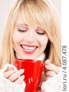 Купить «Молодая женщина со светлыми волосами в свитере с чашкой в руках», фото № 4087478, снято 7 марта 2009 г. (c) Syda Productions / Фотобанк Лори