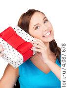 Купить «Привлекательная молодая женщина с подарком с бантом в руках», фото № 4087678, снято 7 ноября 2009 г. (c) Syda Productions / Фотобанк Лори