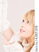 Купить «Молодая привлекательная женщина с длинной сосулькой в руке», фото № 4087978, снято 7 марта 2009 г. (c) Syda Productions / Фотобанк Лори