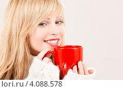 Купить «Молодая женщина со светлыми волосами в свитере с чашкой в руках», фото № 4088578, снято 7 марта 2009 г. (c) Syda Productions / Фотобанк Лори