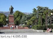 Купить «Памятник Владимиру Ленину в Ялте», фото № 4095030, снято 10 сентября 2012 г. (c) Free Wind / Фотобанк Лори