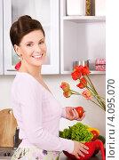 Привлекательная молодая домохозяйка на кухне. Стоковое фото, фотограф Syda Productions / Фотобанк Лори