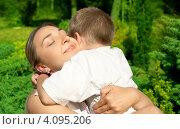 Купить «Счастливая мама обнимает сына летом», фото № 4095206, снято 9 августа 2006 г. (c) Syda Productions / Фотобанк Лори