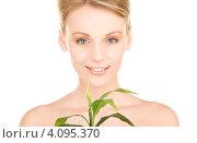Купить «Привлекательная блондинка с зеленым растением в руках на белом фоне», фото № 4095370, снято 12 декабря 2009 г. (c) Syda Productions / Фотобанк Лори