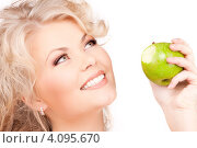 Купить «Привлекательная девушка с волнистыми волосами с зеленым яблоком в руке», фото № 4095670, снято 21 ноября 2009 г. (c) Syda Productions / Фотобанк Лори