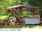 Торговая палатка с плетеными корзинами (2012 год). Редакционное фото, фотограф Алексеева Оксана / Фотобанк Лори