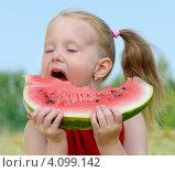 Купить «Девочка ест арбуз», фото № 4099142, снято 5 августа 2011 г. (c) Tatjana Baibakova / Фотобанк Лори