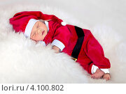 Спящий младенец в костюмчике Санта Клауса. Стоковое фото, фотограф Екатерина Штерн / Фотобанк Лори