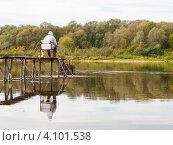 Купить «Мужчина-рыбак ловит рыбу, сидя на мостке осенью, вид сзади», эксклюзивное фото № 4101538, снято 2 октября 2012 г. (c) Игорь Низов / Фотобанк Лори