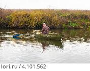 Купить «Мужчина плывёт на лодке по реке и смотрит назад», эксклюзивное фото № 4101562, снято 19 октября 2012 г. (c) Игорь Низов / Фотобанк Лори