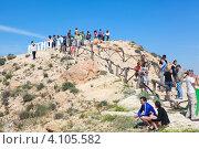 Туристы поднимаются на смотровую площадку в горах. Matmata, Tunisia (2012 год). Редакционное фото, фотограф Кекяляйнен Андрей / Фотобанк Лори