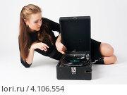 Купить «Девушка в черном платье сидит на полу со старым патефоном», фото № 4106554, снято 24 октября 2012 г. (c) Сергей Буторин / Фотобанк Лори