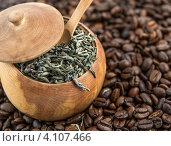 Купить «Сухой зеленый чай и кофейные зерна», фото № 4107466, снято 22 февраля 2012 г. (c) Сергей Жуковский / Фотобанк Лори