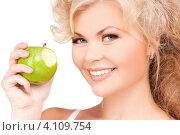 Купить «Привлекательная девушка с яблоком на белом фоне», фото № 4109754, снято 21 ноября 2009 г. (c) Syda Productions / Фотобанк Лори