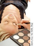 Купить «Профессиональный визажист накладывает макияж на веко клиентки», фото № 4109762, снято 11 марта 2007 г. (c) Syda Productions / Фотобанк Лори
