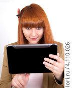 Рыжеволосая девушка с планшетным компьютером в руках на белом фоне. Стоковое фото, фотограф Logunov Maxim / Фотобанк Лори