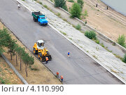 Купить «Уборка набережной», фото № 4110990, снято 3 августа 2012 г. (c) Юлия Машкова / Фотобанк Лори