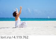 Купить «Молодая женщина занимается йогой на пляже», фото № 4119762, снято 23 января 2010 г. (c) Syda Productions / Фотобанк Лори