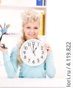 Купить «Привлекательная блондинка держит в руках большие круглые часы», фото № 4119822, снято 20 февраля 2010 г. (c) Syda Productions / Фотобанк Лори