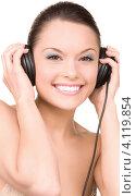 Купить «Привлекательная девушка слушает музыку в наушниках на белом фоне», фото № 4119854, снято 28 февраля 2010 г. (c) Syda Productions / Фотобанк Лори