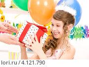 Купить «Маленькая девочка празднует день рождения с воздушными шарами и подарками», фото № 4121790, снято 27 марта 2010 г. (c) Syda Productions / Фотобанк Лори