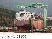 Купить «Новое океанское крупнотоннажное судно стоит стапелях на судостроительном заводе Hyundai Heavy Industries. Южная Корея, Тоньёнг.», эксклюзивное фото № 4121950, снято 30 сентября 2012 г. (c) Ольга Липунова / Фотобанк Лори