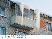 Купить «Сосульки на крыше жилого дома», эксклюзивное фото № 4126210, снято 16 декабря 2012 г. (c) Александр Щепин / Фотобанк Лори