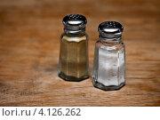 Купить «Старинные солонка и перечница на деревянном столе», фото № 4126262, снято 20 сентября 2012 г. (c) pzAxe / Фотобанк Лори