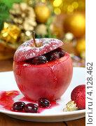 Печеное яблоко с клюквой. Праздничный стол. Стоковое фото, фотограф Надежда Мишкова / Фотобанк Лори